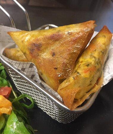 Samoussa au poulet, légumes et épices