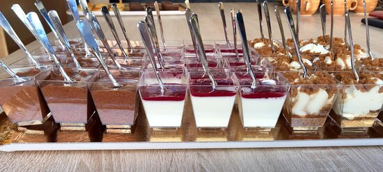 Mini mousse au chocolat, mini pana cotta aux fruits rouges et mini tiramisu