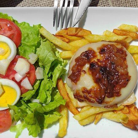Plato combinado vegetariano. Ensalada mixta + Hamburguesa vegetariana con queso y cebolla caramelizada y patatas fritas