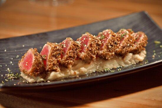 Tataki de aún rojo, con aceite de trufa sobre colchón de puré de patatas