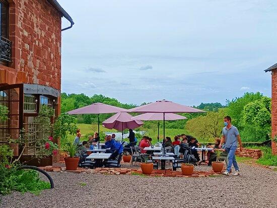 Terrasse extérieure du Restaurant avec vue sur notre potager.