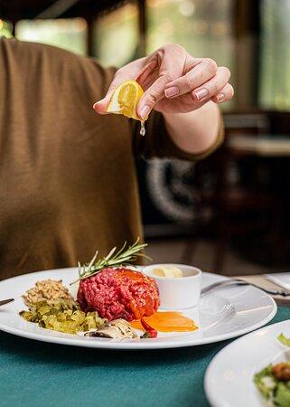 Tatar z najlepszej wołowiny z topinkami i świeżym czosnkiem