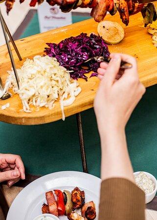 Ognista Szpada z kurczaka lub z wieprzowiny z boczkiem, serwowana z ziemniakami, ryżem, białąi czerwonąkapustąoraz 3 sosami