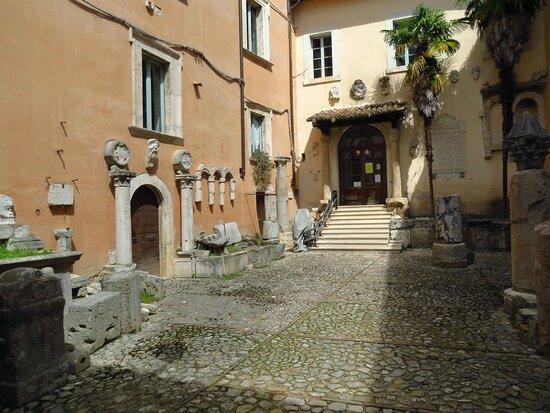 Lapidario nel cortile del palazzo comunale su piazza Matteotti
