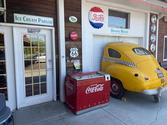 Winthrop, ME: Ice cream parlor and antiques made it feel like the good ole days