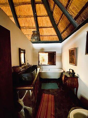 Mpulungu, Zambia: Chalet No. 7 - Bathroom with bathtub
