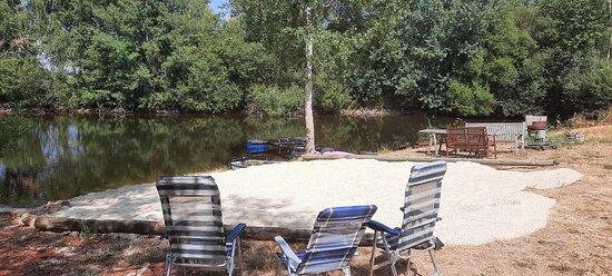 Champsac, France: plage, bbq, table de picknick