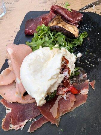 Entrée : petite assiette d'Antipasti (charcuteries italiennes, burrata crémeuse et légumes grillés maison).