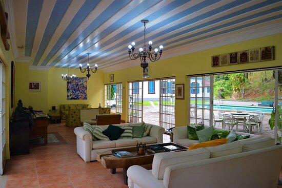 Rio das Flores, RJ: Lounge próximo à piscina do Hotel do Café