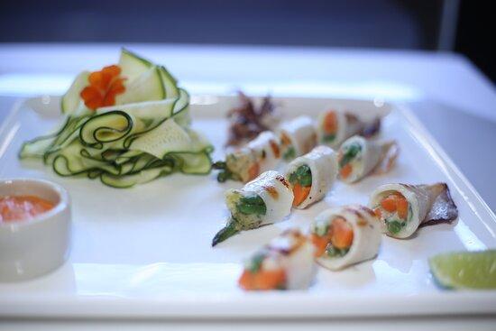 Calamaro grigliato farcito alle verdurine su insalata di zucchini e gazpacho