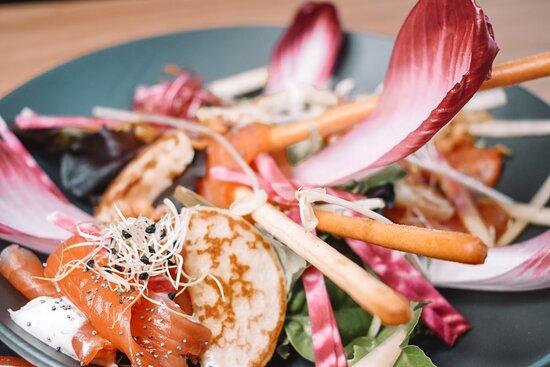 Le trident de Cherbourg mariné aux herbes et épices, Crème acidulée à l'aneth, blinis