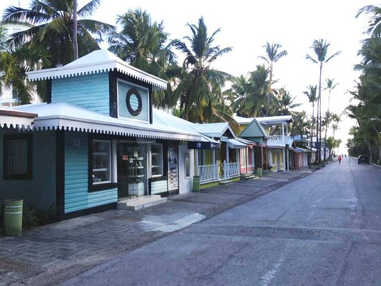 These shops line the walkway to the beach.  Aggressive peddlers, but if you don't carry cash around, they'll leave you alone. :D