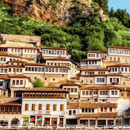 """Berat, Albania: Qyteti i """"Nje mbi nje dritareve"""""""