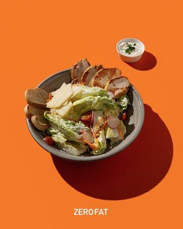 تعتقدون من وين أصل سلطة السيزر؟ 👀  Guess what! Is the Chicken Caesar Salad really Italian? What do you think? 🤔