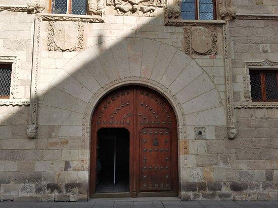 Fachada del Palacio de los Momos.
