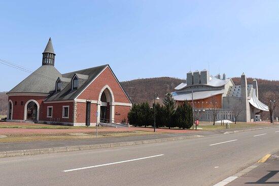 奇抜な形の奥の建物が屯田歴史館です