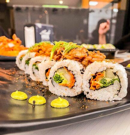 Pepino, aguacate, cebollín, zanahoria, julianas de cebolla, camarón macerado en petróleo, shishimi togarashi, brotes de cilantro y ajonjolí blanco. Un Delicioso rollo que debes probar!!!