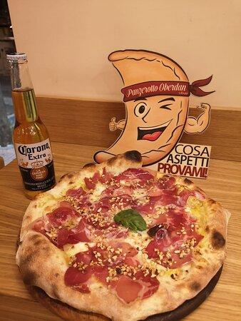 Pizza Oberdan... Con capocollo di Martina passata di datterino giallo e granelli di mandorle