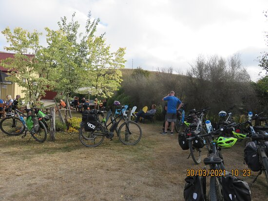 Central Otago, New Zealand: Time for a coffee and chat at Chatto Creek