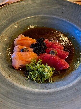 Sashimi incrível, pedimos uma colher para comer o molho no final