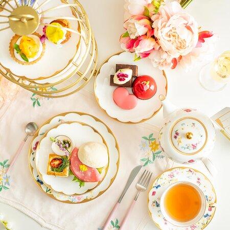 2021年6月21日(月)販売スタート!  花をテーマに、Ch Tea Room Kobeのエレガントで華やかな雰囲気を表現した アフタヌーンティーセットが2パターンで登場です。  エディブルフラワー(食用花)を、ふんだんに使用し、 見た目だけでなく、ラベンダー薫るジュレや薔薇のムースケーキ、 爽やかなジャスミンクリームとフレッシュマンゴーのタルトに 菊や穂紫蘇を使ったセイボリーなど 美味しく召し上がっていただける様に工夫した シェフこだわりの内容になります。  特製マカロンを加えたスイーツプレートか、蒸籠入りで飲茶を含めたセイボリープレートはランチとしてもバランスよく、お客様のご気分でお選びいただけます。  ※ご来店時にお選びいただきます。  美しく飾られ心まで満たしてくれるアフタヌーンティーセットで 、 ゆったりとした時間をお過ごし下さい♪  【販売期間】 2021年6/21(月)~7/31(日)