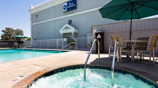 Los Banos, CA: Outdoor Pool and Hot Tub