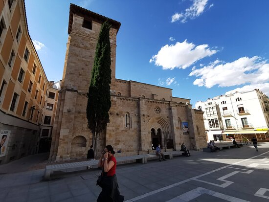 Torre y exterior de la Iglesia.