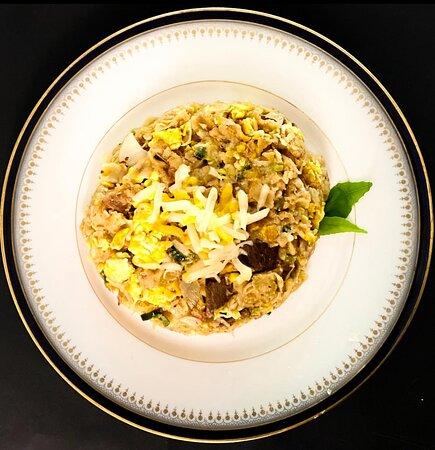 Chicken cheese Kottu   • Fladenbrot in Streifen gehackt, mit (pikantem) Poulet-Curry, Käse, Gemüse und Eiern.