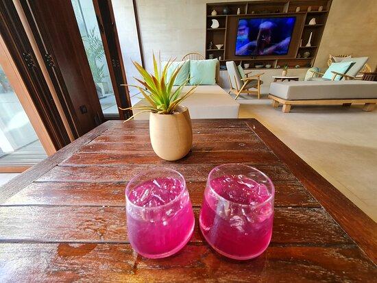 ในระหว่างรอกุญแจห้องพักในระหว่างเช็คอินน์ พนักงานจะนำ เวลคัมดริ้ง เป็นน้ำสมุนไพรไทย มาเสริฟ รสชาติหวานนิดๆหอมชื่นใจ ครับ