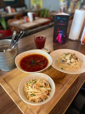 Пример ланча (с 12:00 до 14:00) Борщ на говядине со сметаной Салат коул-слоу  Спагетти с курицей и грибами Напиток на выбор: морс, чай или пиво