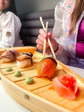 Trilogía de Niguiris, solo para conocedores, 1 pza de salmón, 1 pza de pulpo, 1 pza de filete de res, bañados en Teriyaki.