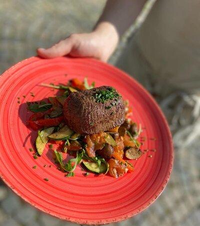 Biefstuk met verse groenten, groene asperges, truffelaardappeltjes en pepersaus of gebakken champignons