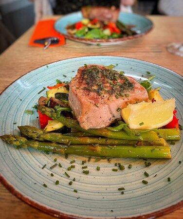Verse tonijnfilet met verse groenten en groene asperges