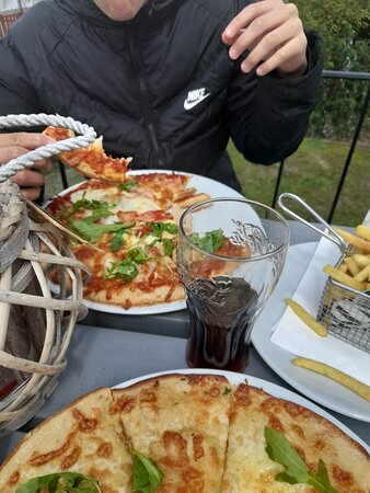 Food was lovely , best pizza tasted in ages.