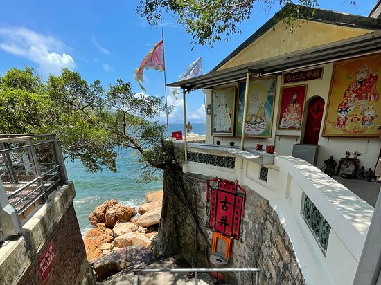 The ancient and tiny Stanley Pak Tai temple overlooks Stanley Bay and is hidden away inside Ma Hang Park.