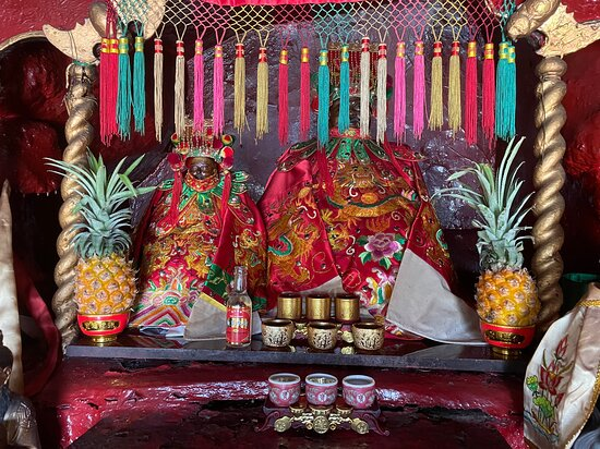 Stanley Pak Tai temple is a colourful and tiny temple which is hidden away inside Ma Hang Park.