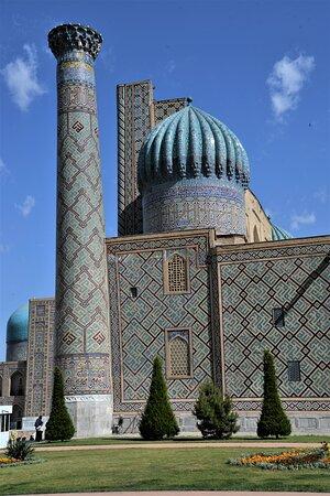 Vista laterale della medersa Sher-Dor, una delle tre che si affacciano sul Registan ed una delle tre maggiori attrazioni di Samarcanda - Uzbekistan. Cliccare sulla foto per vederla come scattata.