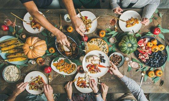 Es gibt einen Ort in Vorarlberg, an dem Sie eine Geschmackstour durch die ganze Welt unternehmen können. Im FIRMAMENT steht jeden Monat ein neuer Koch aus einem anderen Land dieser Welt in der Küche und zaubert uns die feinsten Gerichte aus seiner Heimat. Warum in die Ferne schweifen, wenn das Genussuniversum direkt in Rankweil liegt. Genauso gut schmeckt übrigens unser italienisches Mittagsmenü und das ausgewogene Frühstücksbuffet mit süßen und pikanten Versuchungen aus unserer Heimat.