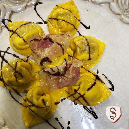 Tortellacci in pasta gialla ripieni di zucca con Aceto balsamico tradizionale e Pancetta