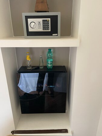 Safe und Getränke im Zimmer