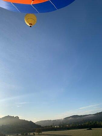 une autre montgolfière plus haut dans le ciel