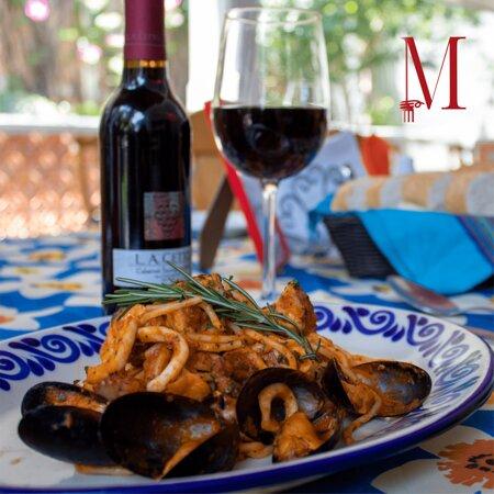 Pasta y vino, son la pareja perfecta y qué mejor que sea en La Mia pampa.  Ven a consentirte en alguna de nuestras terrazas, con el mejor ambiente de Atlixco, un menú delicioso y las áreas verdes que tenemos listas para tí y tu familia. ¡Somos pet friendly!  #Atlixco #Ambiente #Delicia #Comida #Restaurante #Vino #Restaurantepetfriendly #Petfriendly #FelizDiaPapa #Familia #Cenaconpapa #Terrazas #Sorprendeapapa