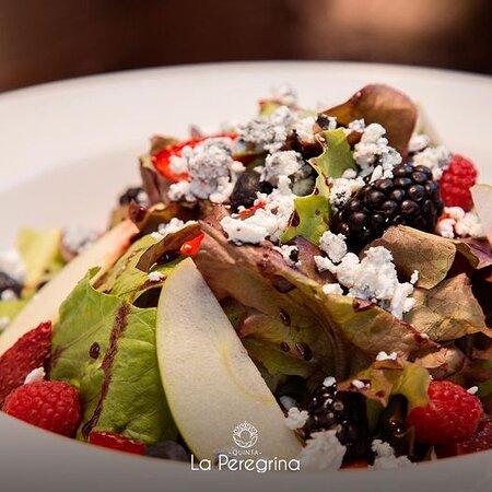 ¡Comer ensalada nunca había sido tan bueno! 🥗 Prueba nuestras diferentes combinaciones saludables y deliciosas 🤤 ¡Te esperamos esta tarde en #LaPeregrina!