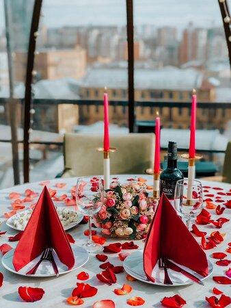 Красивое и необычное место на крыше, идеально для романтических ужинов и свиданий, вечеринок и Дней Рождений, девичников, свадеб и незабываемых праздничных событий