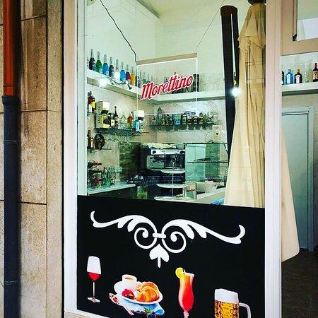 Con molti sacrifici e sudore abbiamo completamente rinnovato il look di questo piccolo bar, vi aspettiamo per deliziarvi con il nostro caffè e i nostri aperitivi tipici siciliani!