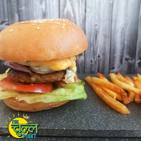 MAKKHANBAAZ CHOOZA ANGREZI PAV is our classic chicken burger with a twist in flavors. Chicken minced patty with fried egg, sriracha mayonnaise, onions, tomatoes, cheddar cheese, and iceberg lettuce served along with wafers and ketchup. Add on Nihari Mayonnaise for best taste.
