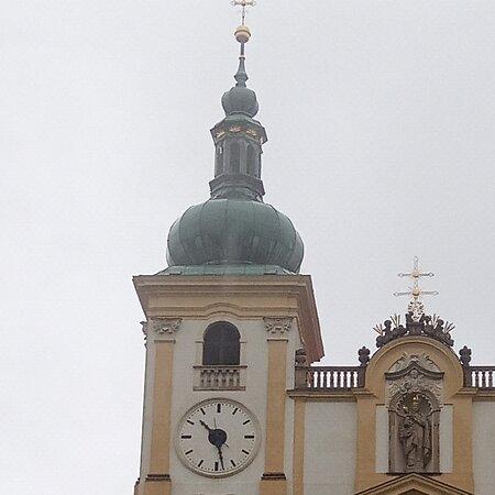 Svaty Kopecek, Czech Republic: Svatý Kopeček v Olomouci je místo, na které si musíte zajet, jestli bydlíte blíž. Nejhezčí je to s pěkným počasím. Kostel a bazilika jsou moc pěkné. Pan průvodce nám řekl celou historii a ukázal nám vzácné ornamenty, liturgie, sochy, kresby, fresky atd. Velmi krásné.