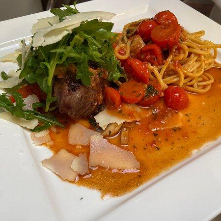 Rinderfilet alla Chef mit Rucola, Grana, und Spaghetti in Tomatensoße mit Pilze und Kirschtomaten.