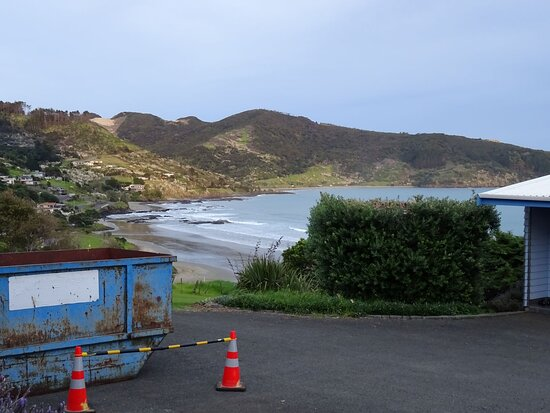 Ahipara, New Zealand: Ask yourself if you would be satisfied that this view matches the motels photos? Then ask yourself if you would enjoy a room adjacent to a construction site. I don't think so