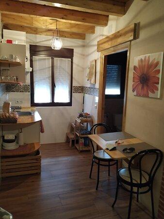 Vega de Santa María, España: Zona de cocina-comedor de la habitación